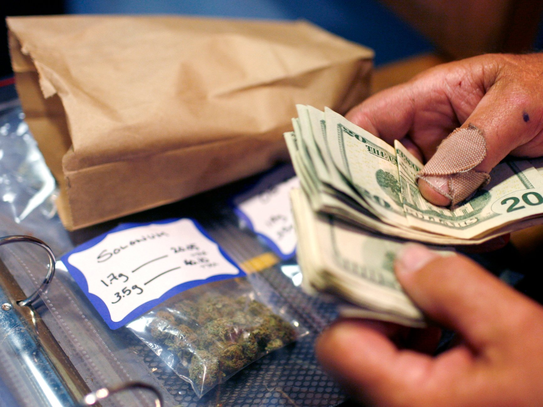 Why It Is Better to Buy Marijuana from Dispensaries Than Dealers